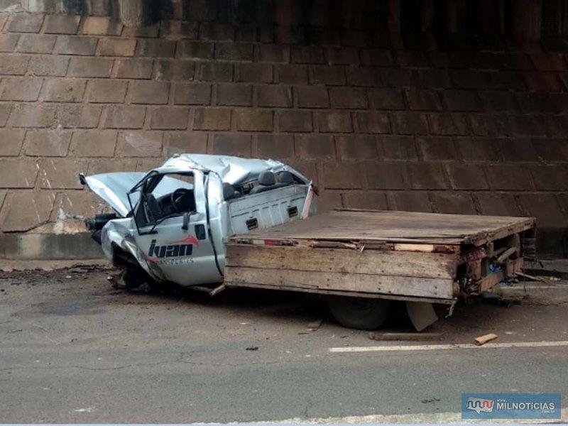 Utilitária Ford F-350, ficou completamente destruída. Fotos: DIVULGAÇÃO