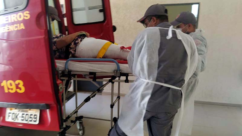 A jovem A. C. D., 32 anos, sofreu ferimentos na perna direita, altura do tornozelo e pé. Foto: MANOEL MESSIAS/Agência