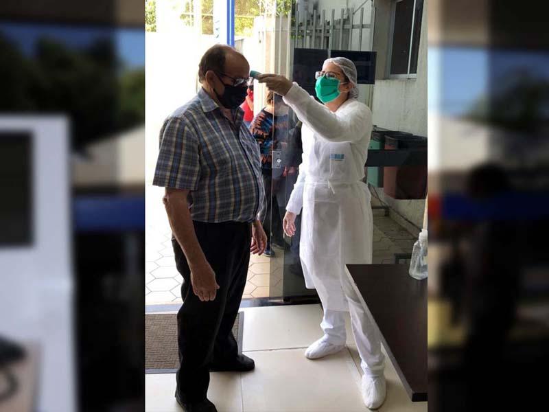 Na portaria antes da entrada do paciente, a equipe de enfermagem realiza a verificação da temperatura corporal com Termômetro Digital de Testa. Foto: Assessoria de Comunicação