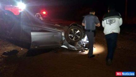 Motorista do Civic (blusa branca), não sofreu ferimentos e permaneceu pelo local. Foto: MANOEL MESSIAS/Mil Noticias