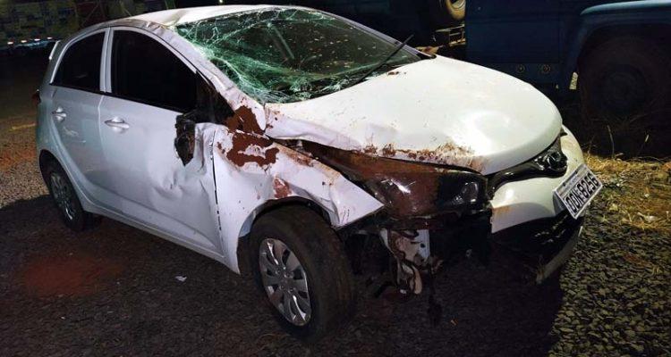 Veículo Hyundai HB20 ficou bastante destruído após atropelar o cachorro e capotar na rodovia Integração. Foto: MANOEL MESSIAS/Agência