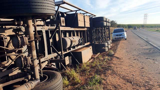 nformações levantadas, no local do acidente apontam que a carga transportada era de proteína bovina, e pesou 28 toneladas, alcançando o valor total de R$170 mil reais.Foto: Fábio Campos/Rádio Caçula.