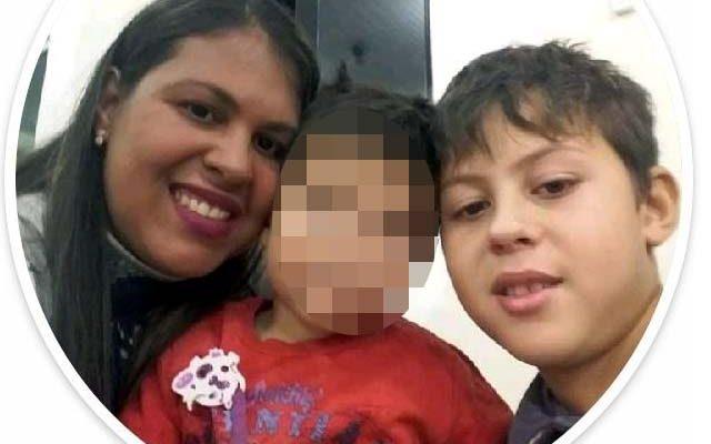 Davi, com seu irmão mais novo e sua mãe, Eliane. Foto: Redes sociais/Reprodução