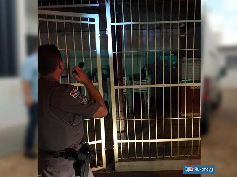 Acusados arrombaram a grade do portão do estabelecimento para cometer o furto. Foto: MANOEL MESSIAS/Agência