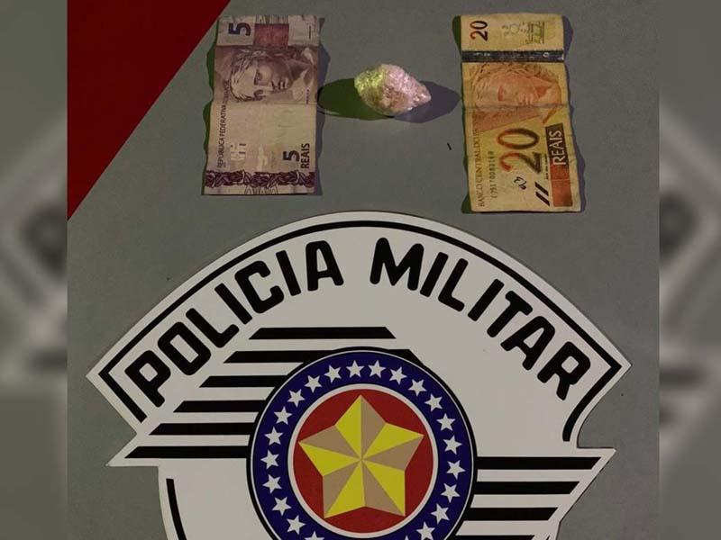 Foram apreendidos uma pedra bruta de crack, pesando 10 gramas, além de R$ 25,00 em dinheiro. Foto: DIVULGAÇÃO/PM