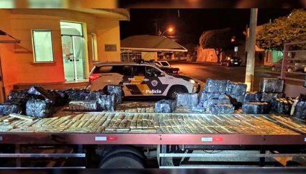 Foram presas três pessoas, apreendidos um caminhão com 761 tabletes de maconha (727 kg); 62 pacotes de Skank (34 kg) e o GM Corsa. Fotos: PMRv/Divulgação