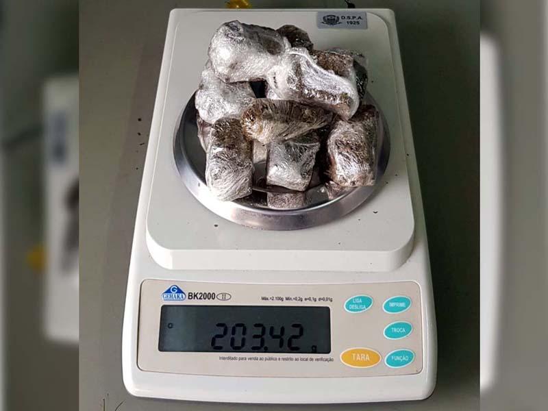 Droga apreendida totalizou 202 gramas. Foto: DIVULGAÇÃO/PM