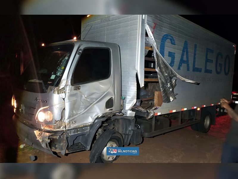 Caminhão baú ficou com a lateral esquerda bastante destruída. foto: DIVULGÇÃO