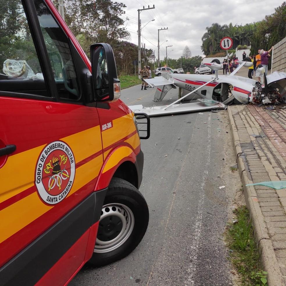 Acidente com avião ocorreu na manhã deste sábado em Guabiruba — Foto: Corpo de Bombeiros/ Divulgação