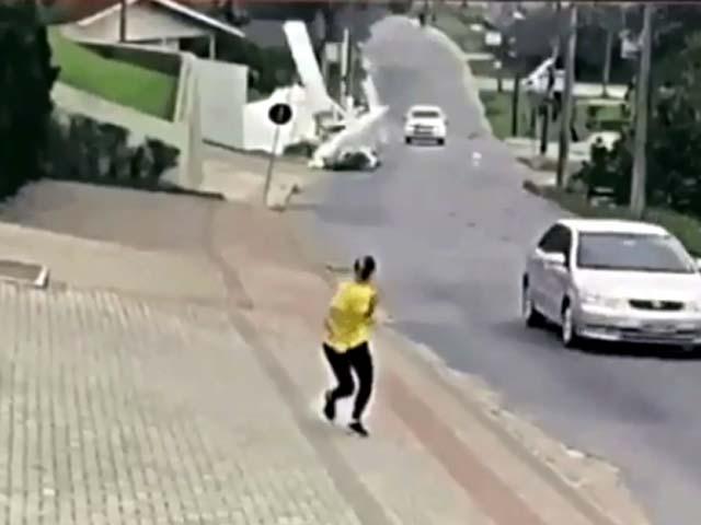 Vídeo registra queda de avião monomotor no Centro de Guabiruba — Foto: NSC