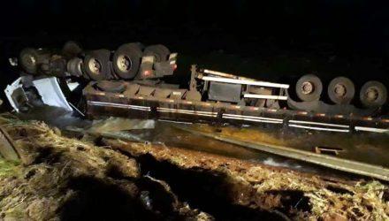 Caminhão caiu no rio Paraná, em MS — Foto: Corpo de Bombeiros/Divulgação