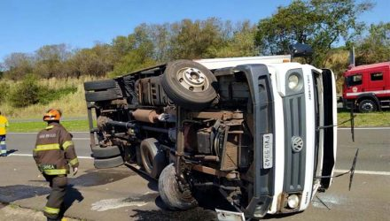 Motorista passou mal, tombou caminhão e ainda teve pescoço atingido por peça do caminhão. Fotos: DIVULGAÇÃO