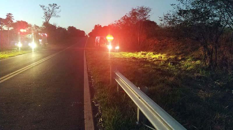 Local do acidente fica próximo de um declive acentuado e de um pequeno córrego. Foto: MANOEL MESSIAS/Agência