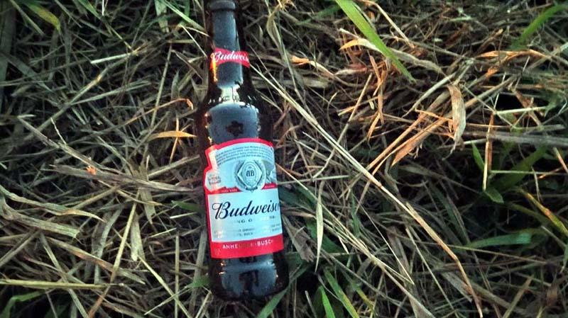 Foi localizada uma garrafa de cerveja pelo local, mas nem foi apreendida pela PM, já que não houve registro de B. O. Foto: MANOEL MESSIAS/Agência