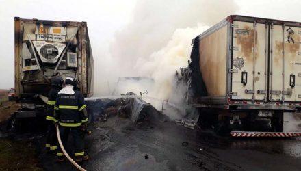 Acidente envolveu três carretas na manhã desta quinta-feira (9), na MS-306, em Chapadão do Sul — Foto: O Correio News