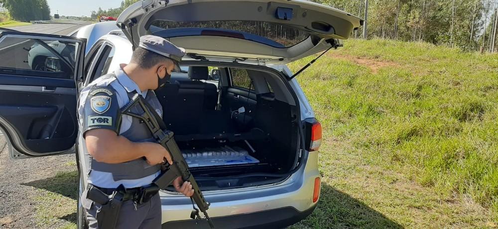 Droga estava em um fundo falso do carro abordado em Guarantã — Foto: Polícia Rodoviária / Divulgação