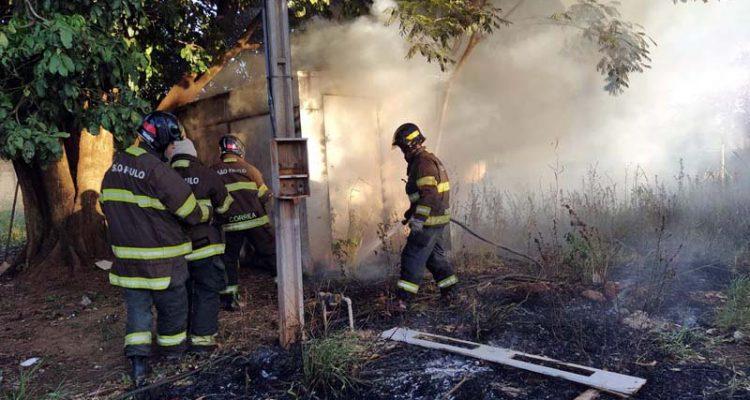 Incêndio destruiu todo interior de trailer que no momento não estava sendo utilizado devido a pandemia do coronavirus. Fotos: MANOEL MESSIAS/Agência