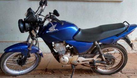 Motocicleta furtada na cidade de Guaraçaí foi localizada no Jardim Europa, em Andradina. Fotos: DIVULGAÇÃO/PM