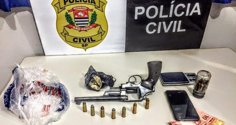 Arma, dinheiro e munições apreendidos pela polícia em Araçatuba — Foto: Divulgação