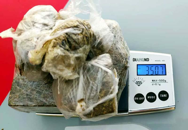 Toda a droga localizada, sendo 04 pedaços menores e um meio tijolo totalizou 350 gramas. Foto: MANOEL MESSIAS/Agência