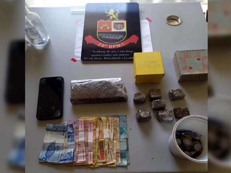 Foram apreendidas um total de 594 gramas de maconha, R$ 666,00 em notas diversas, R$ 36,95 em moedas e um telefone celular. Foto: DIVULGAÇÃO/PM