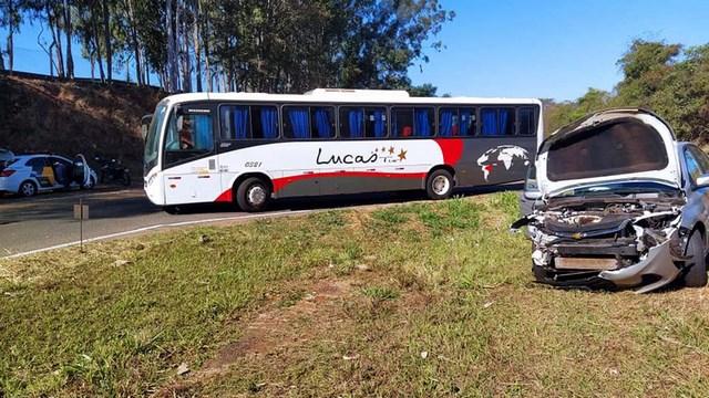 Onibus sofreu amassamento no lado direito da lataria, próximo da roda traseira. Foto: MANOEL MESSIAS/Agência