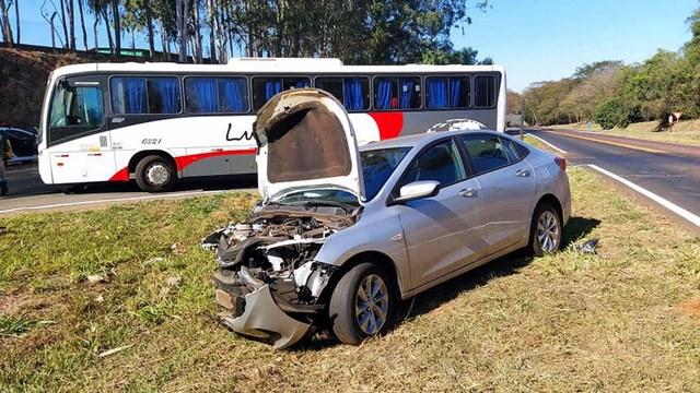 Os dois veículos pararam no trevo de acesso à Citroplast, já fora da pista. Foto: MANOEL MESSIAS/Agência
