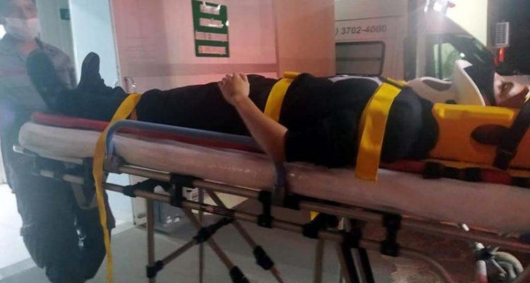 Jovem ferido foi encaminhado pelos bombeiros até o hospital da Unimed, medicado e liberado posteriormente. Foto: MANOEL MESSIAS/Agência