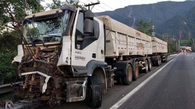 Carretas sofreram colisão traseira e causaram interdição total na Anchieta — Foto: Divulgação/Polícia Rodoviária