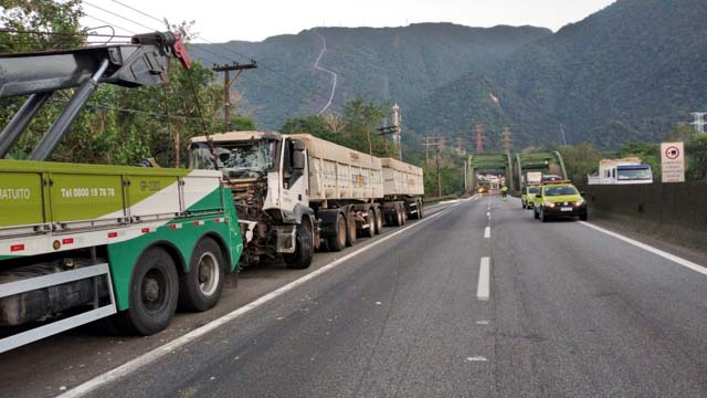 Acidente envolvendo três carretas deixou a Rodovia Anchieta totalmente interditada — Foto: Divulgação/Polícia Rodoviária