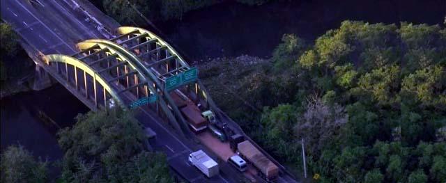 Acidente aconteceu às 4h40 no Km 53 da Rodovia Anchieta — Foto: Reprodução/TV Globo