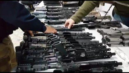 PRF aprende fuzis que seriam levados para o Complexo da Maré — Foto: Reprodução