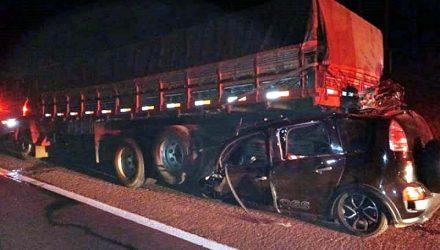 Carro ficou destruído ao bater na traseira de caminhão na Rondon (Foto: Josiane Lorensetti/Colaboração)