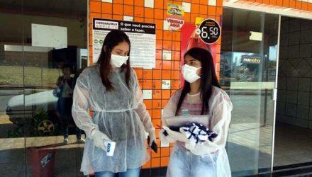 Barreira Sanitária em frente ao comércio local. Equipe realiza aferição de temperatura corporal dos moradores e orienta a buscar atendimento médico em caso de febre. Foto: Divulgação