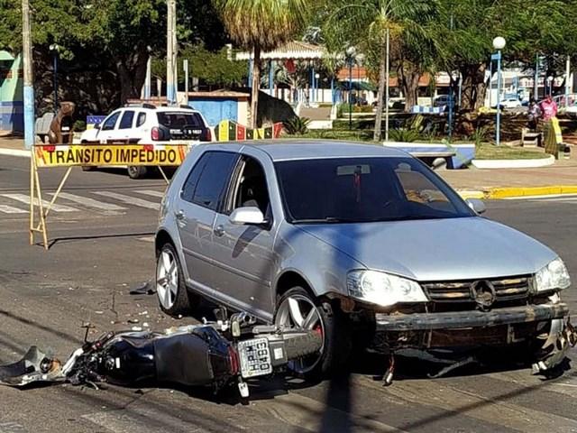 Motocicleta pilotada pela vítima sofreu diversas avarias no acidente. Foto: DIVULGAÇÃO