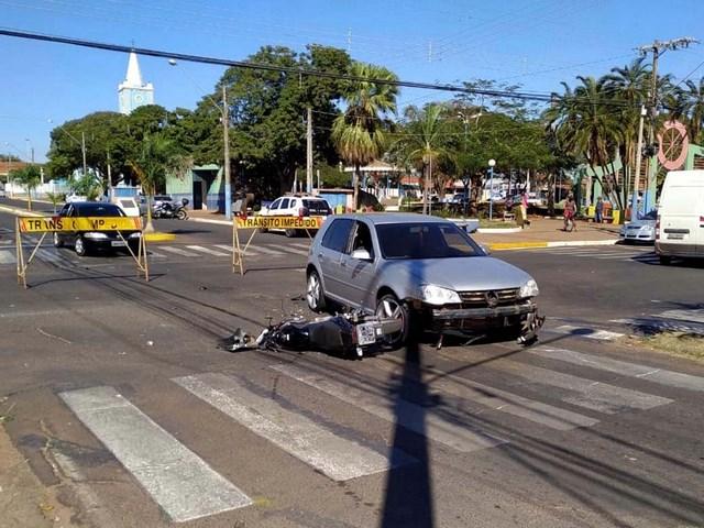 Acidente aconteceu em um dos principais cruzamentos da cidade, o da Praça central. Foto: DIVULGAÇÃO
