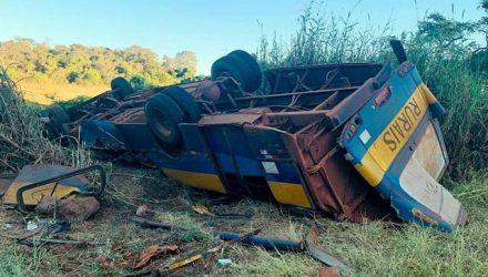 Ônibus tomba e deixa trabalhadores rurais gravemente feridos em Patrocínio Paulista, SP — Foto: Polícia Militar/Divulgação
