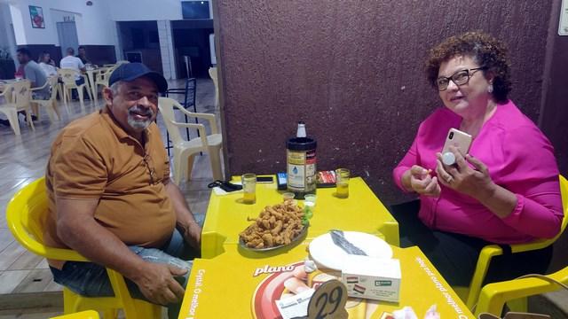 Sandra Luze e o marido presente na petiscaria