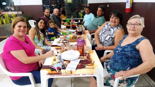 Os amigos João dos Santos Alves Sobrinho (pré candidato a prefeito), Luizinho e Edson, com a s respectivas esposas e demais parentes