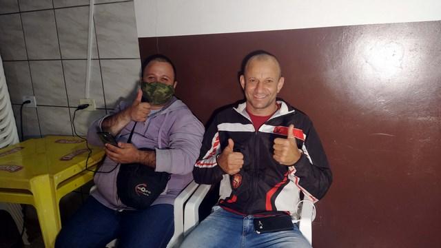 Carneiro (dir.) e Morango, garantem uma entrega rápida e segura das delicias solicitadas por telefone