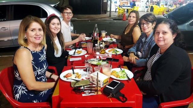 Familia Gonçalves presentes com Denise (esq.), Eloiza e Augusto, juntos com Tânia (dir.), Vãnia e a amiga Adriana