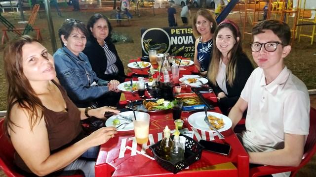 A partir da esq., Adriana, Vânia e Tânia, além de Augusto, Eloiza e Denise