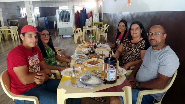 André (dir.), com a esposa, e demais familiares, presentes junto com amigos