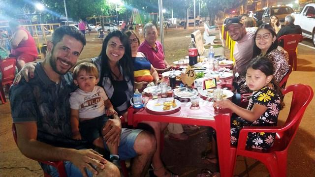 A esq. Rodrigo, genro de Léo, com a esposa e filhinha.