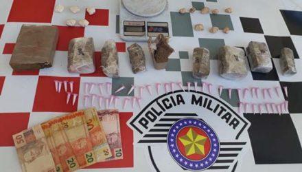 Foram apreendidos 2 Kg de maconha, 13 porções de pasta base de cocaína e 50 pinos com cocaína, além de  balança de precisão, dois celulares e R$ 140 em dinheiro. Foto: DIVULGAÇÃO/PM
