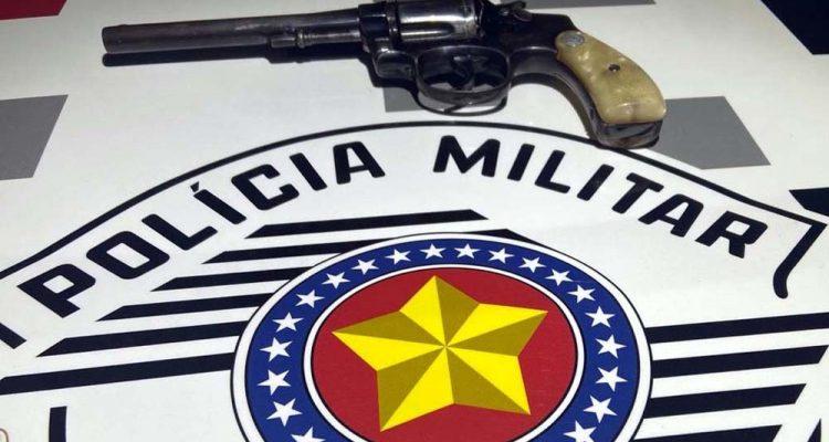 Armas apreendidas com o motorista em Guararapes — Foto: Divulgação/Polícia Militar