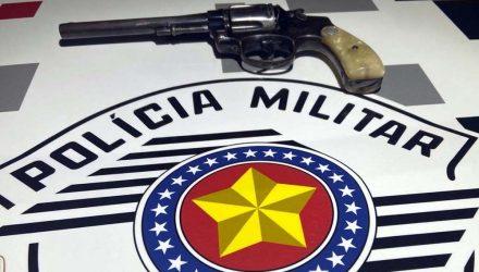 Foi apreendido 1 revólver da marca Taurus , calibre .38, capacidade p/ 06 tiros, porém sem munição. Foto: DIVULGAÇÃO/PM