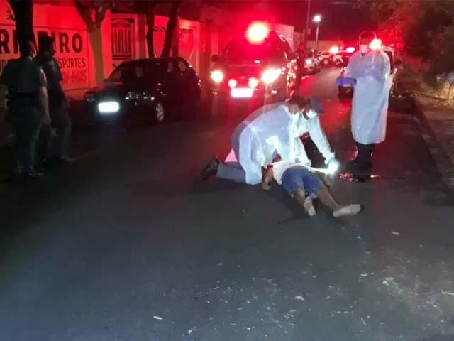 Momento em que a vítima era avaliada pela equipe de resgate (Foto: RP10)
