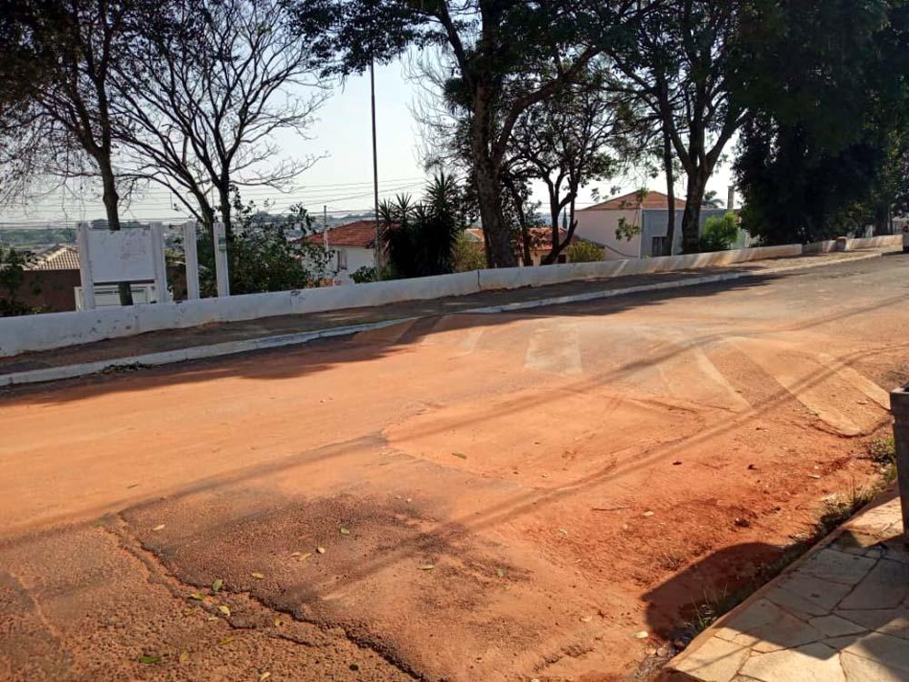 Lombada em rua de Marília por onde a vítima passou de moto, perdeu o controle de pilotagem, caiu no asfalto e morreu. Foto: DIVULGAÇÃO