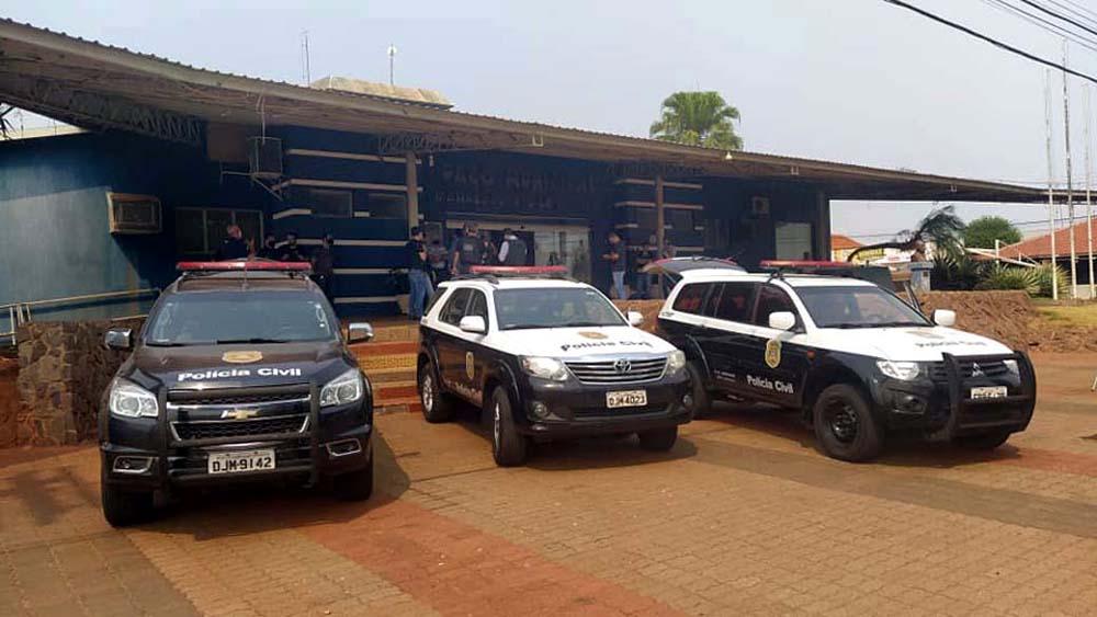 Viaturas da Polícia Civil em frente da Prefeitura de Castilho. Foto: MANOEL MESSIAS/Agência